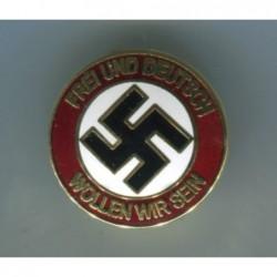 Emellierten NSDAP Abzeichen mit Durchmesser 27 mm. Vorn ist das Motto Frei un Deutsch wollen wir sein gedruckt